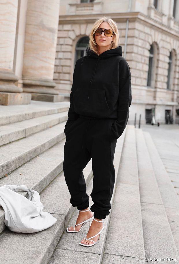 Total look noir et sandales à talons blanches : le bon combo