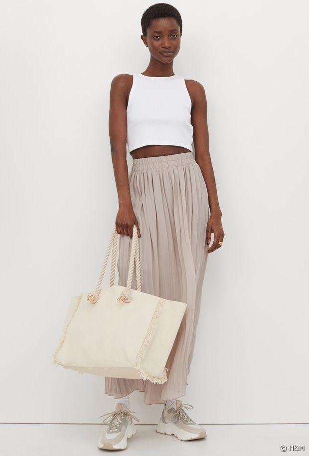 On adore le contraste de la jupe plissée élégante avec les touches sportswear