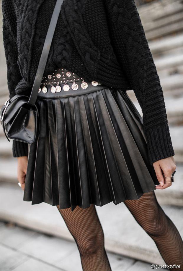 Une jupe courte plissée en cuir pour un look rock