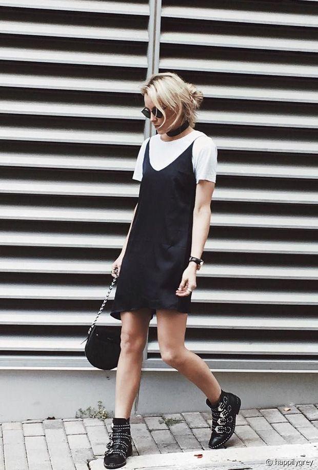 Tee-shirt en dessous d'une robe à bretelles : la tendance tout droit venue des années 90