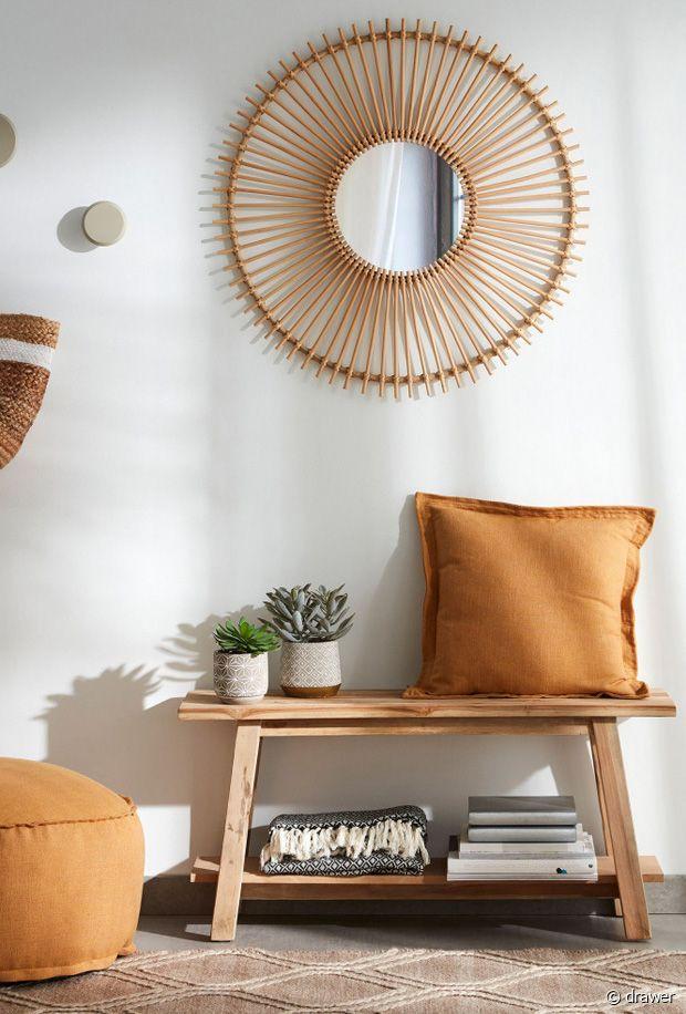 Le banc en bois et le miroir en rotin : deux pièces phares des tendances hippie