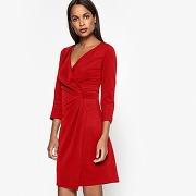Robe près du corps, drapée rouge