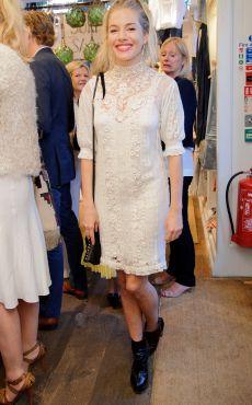 Sienna Miller en total look blanc