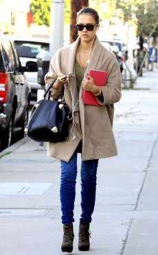 Le manteau XXL de Jessica Alba