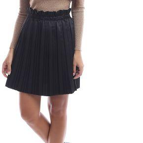 Jupe plissée noire satiné taille haute